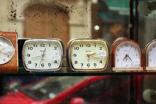Relojes en estante