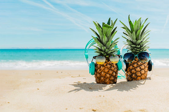 fond-plage-ananas-cool-portant-ecouteurs