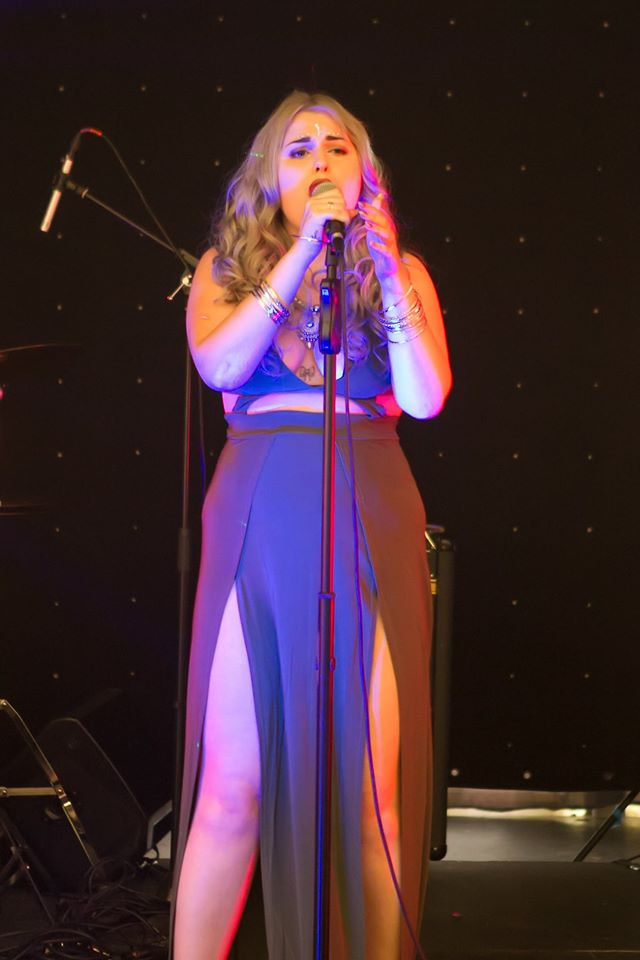 ElizmiHaze Singer from Kent for hir