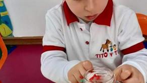¿Por qué es importante que los niños realicen actividades de rasgado, arrugado, entorchado y pegado?