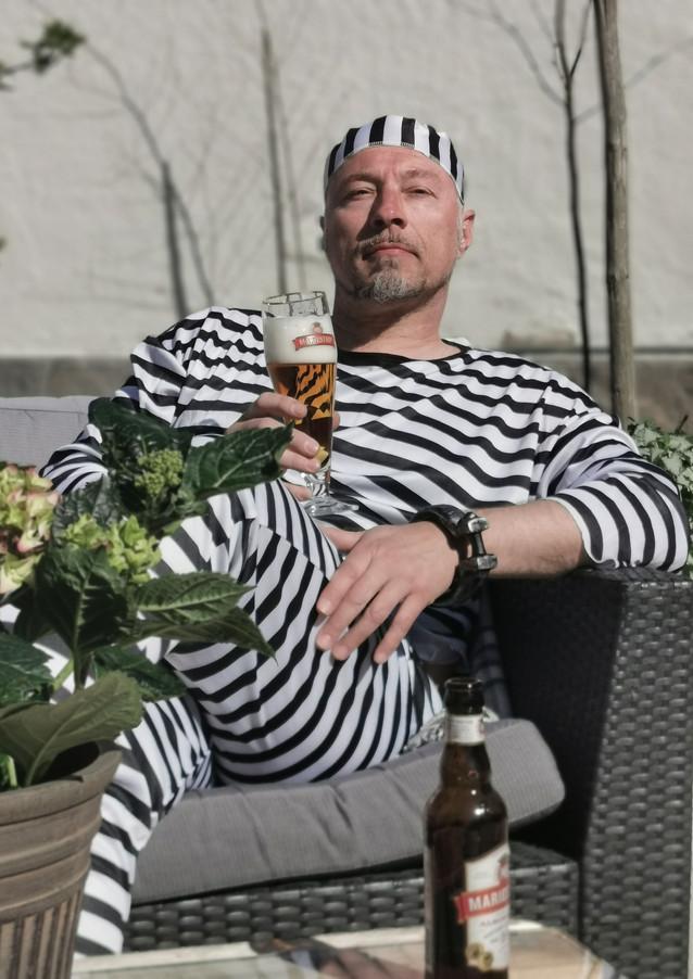 Karlsson njuter på Fängelset Hotells rastgård.