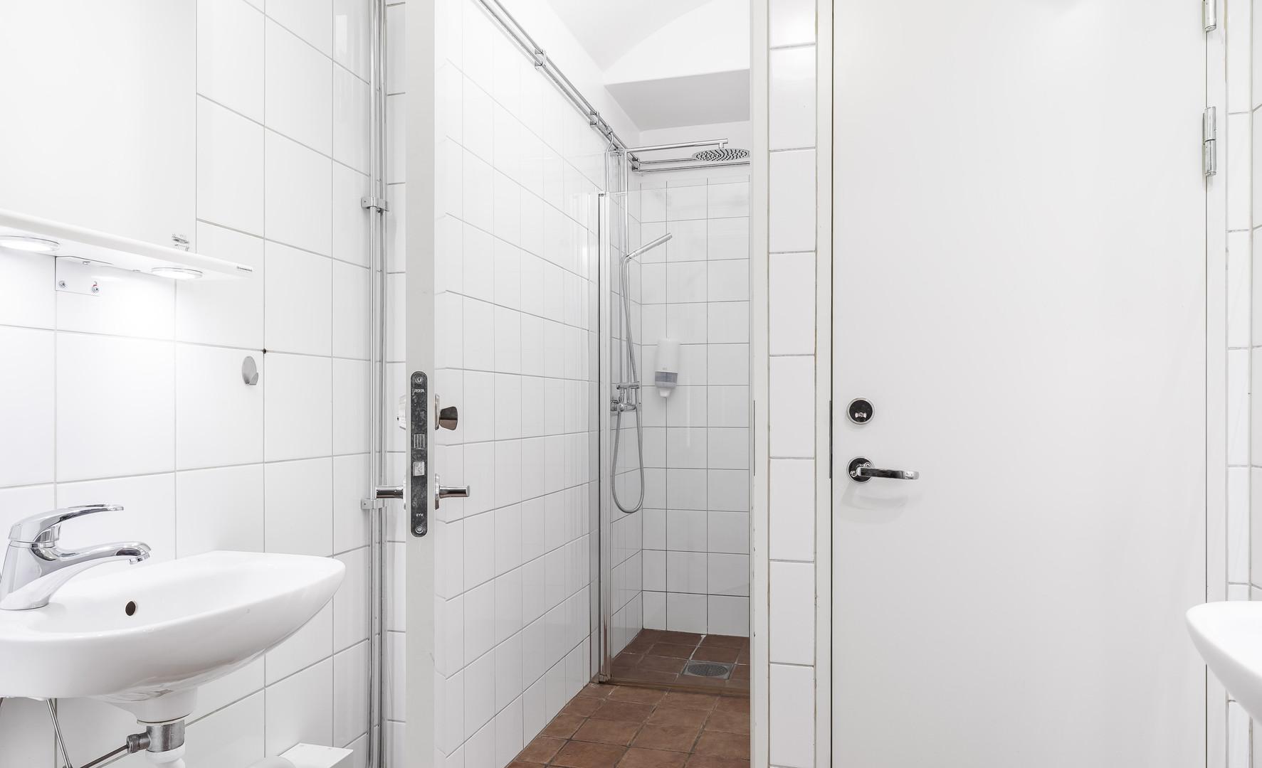 Budget, delad dusch i korridorr