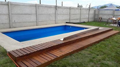 deck-de-madera-al-borde-de-piscina-18477