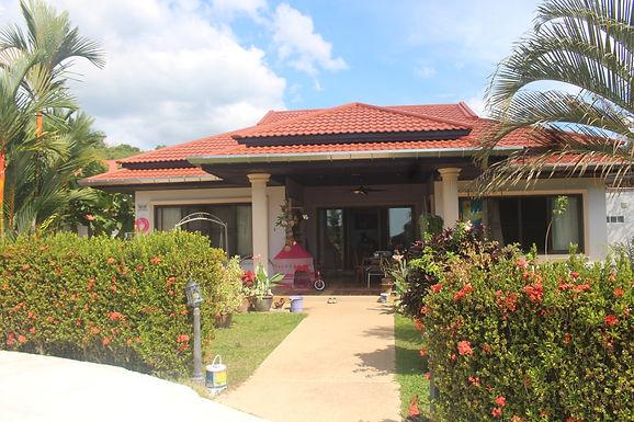 Villa auf Bergplateau mit schönem Garten