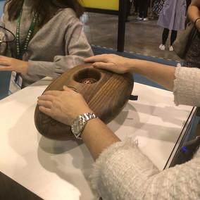 Musik och beröring har visat ha positiv inverkan på demenssjuka. Produkten, som är gjord av polerat trä, har sensorer som aktiverar olika musikstycken beroende på hur aktiv man är med sin beröring.