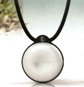 Varför skall larmknappar med fallsensorer vara fula? Här är ett exempel på ett vackert smycke.