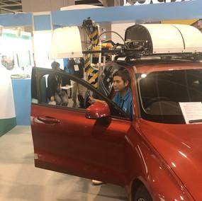 Att automatiskt ta fram och packa sin rullstol i bilen har varit möjligt länge. Denna lösning använder en takbox och därmed påverkar inte själva bilen.