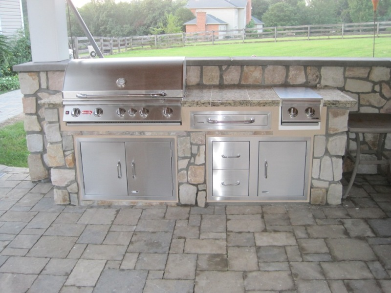 Hanover-Pavers-Veneer-Stone-Pavilion-Kitchen-with-Bull-Appliances-Highland-MD1711