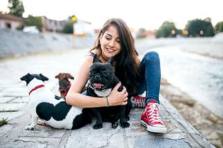 หญิงสาวที่มีสุนัข