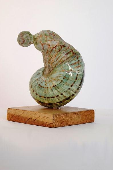 Chimère verte sur socle en bois 9x9x17.JPG