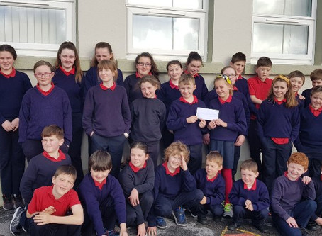 Despite the spring time sun in our eyes, we were delighted to recieve a cheque for €350 from Tesco😊