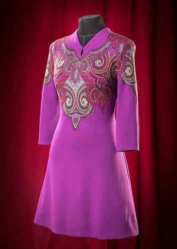Платье фиолетово-баклажанового цвета из трикотажа с аппликацией.   DressTheatre