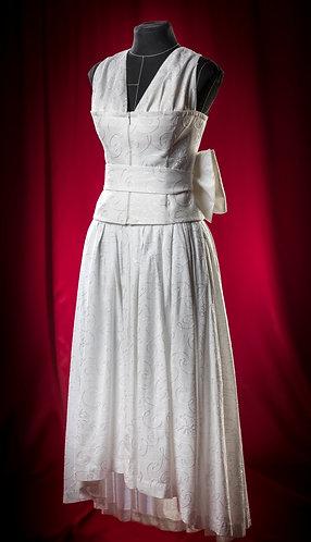 Костюм-тройка белый с поясом-бантом: юбка, блуза и накидка.DressTheatre