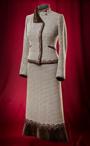 Костюv из шерсти: жакет, юбка и брюки с отделкой бархахтом и кружевом.