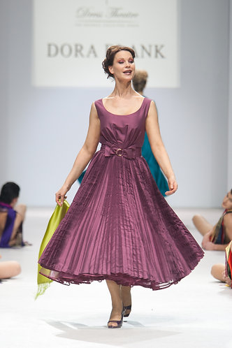 A dress in the style of 50's made of silk taffeta.