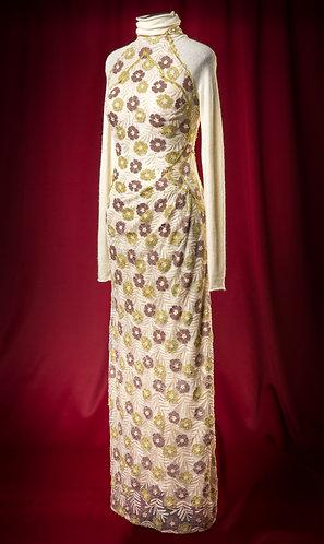 Платье из молочного шерстяного трикотажа покрытое кружевом
