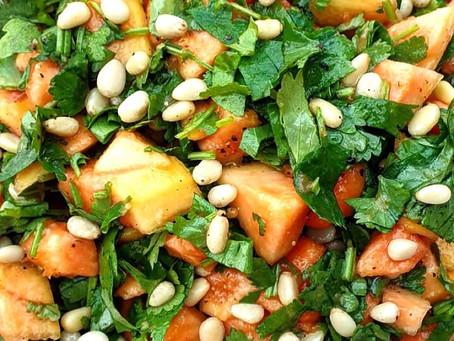 Roher Papayasalat mit Koriander und frischem Zedernöl