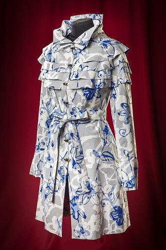 Плащ серый с бело-синим цветочным узором.  DressTheatre Couture by Dora Blank
