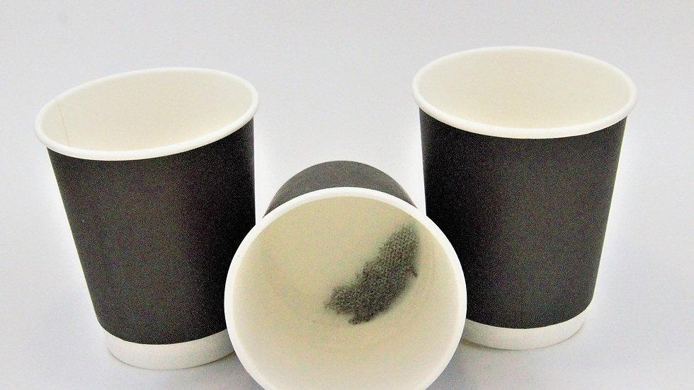 Стакан одноразовый двухслойный с черным чаем внутри