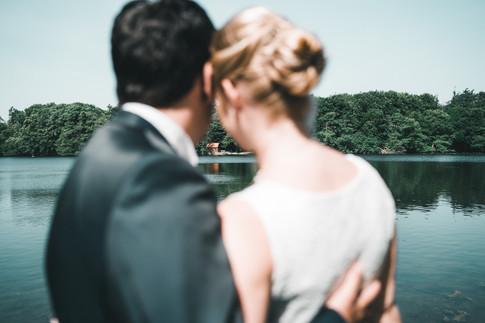 Paar schaut über den See