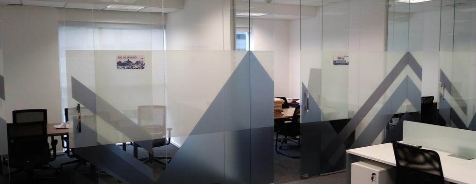 vidros com adesivos esfumados na cor da empresa