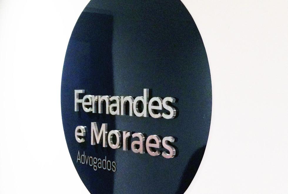placa de acrilico com letras caixa em aço inox