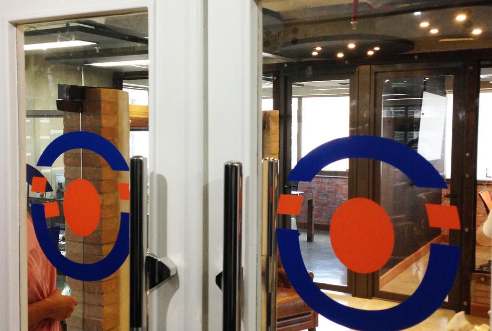 vidros adesivados com logotipo recortado