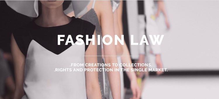 modelle che sfilano con davanti la scritta fashion law