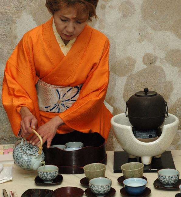 Cérémonie du thé en kimono orange