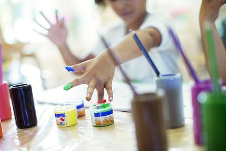 Enfants qui jouent avec la peinture pour psychothérapie à Ecully
