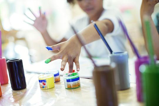 Vaikai piešia privačiame darželyje tiškutis
