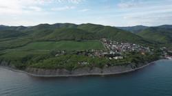 Вид на базу (в центре) со стороны моря