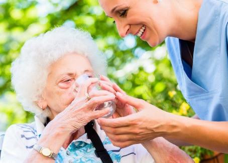 Tips voor senioren bij warm weer en hittegolven.