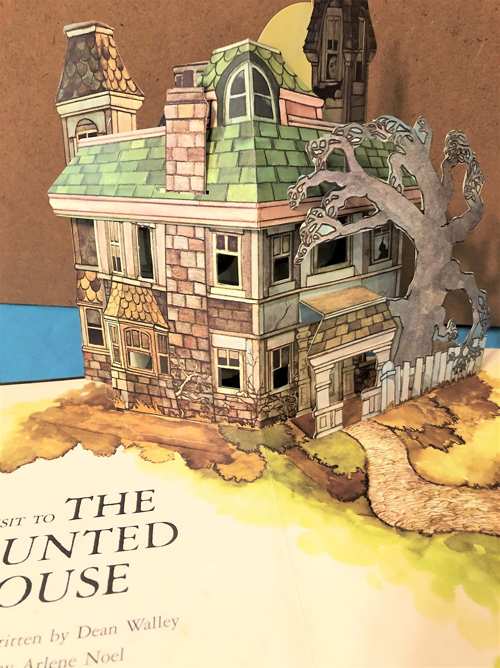 Pop-up book Visit to a Haunted House by Dean Walley and Arlene Noel