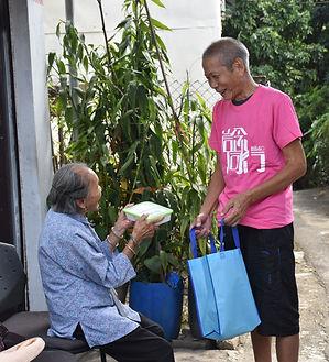 林伯協助中心派飯給獨居長者。.JPG