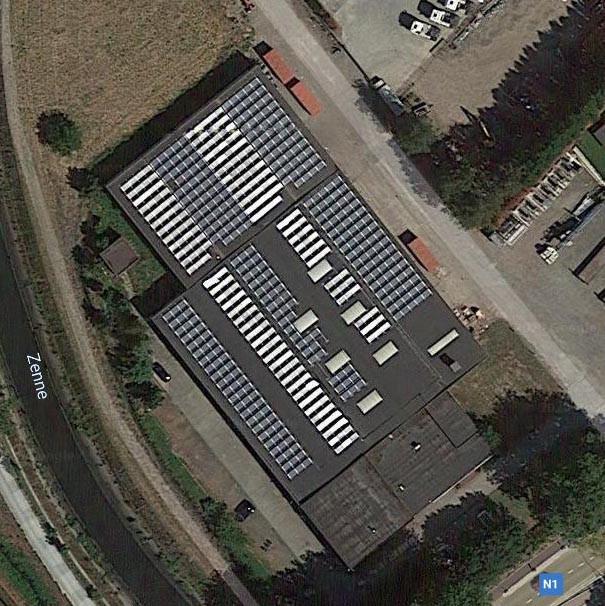 Op Google Maps kan je goed zien dat het dak van onze productiehal vol zonnepanelen ligt