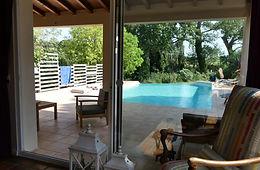Terrasse de la piscine depuis le salon .
