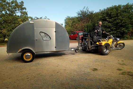 Un campeur avec son quad et sa remorque