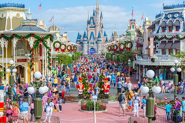 Disney World, photo credit: http://www.dadsguidetowdw.com/image-files/disney-world-crowds-main-street-christmas-andy.jpg