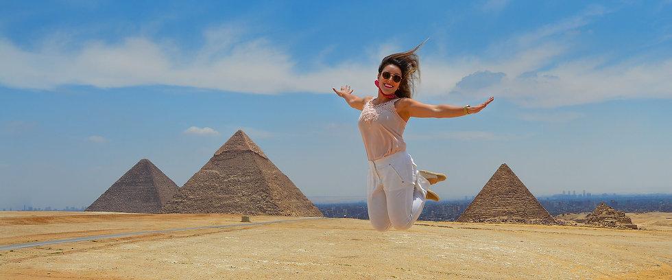 Viajante no Egito, em frente às Pirâmides de Gizé