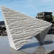 Auf Spitz und Kopf, 2021, ital. Kalkstein, 29,5x 37,5x14,5 cm.jpg