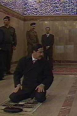 صدام يصلي