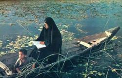 إمرأة تقرأ في المشحوف