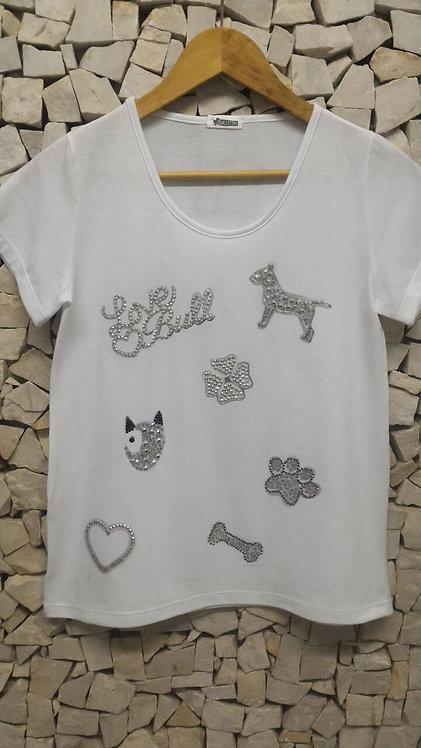 Camiseta com aplicação em tachas e cristais