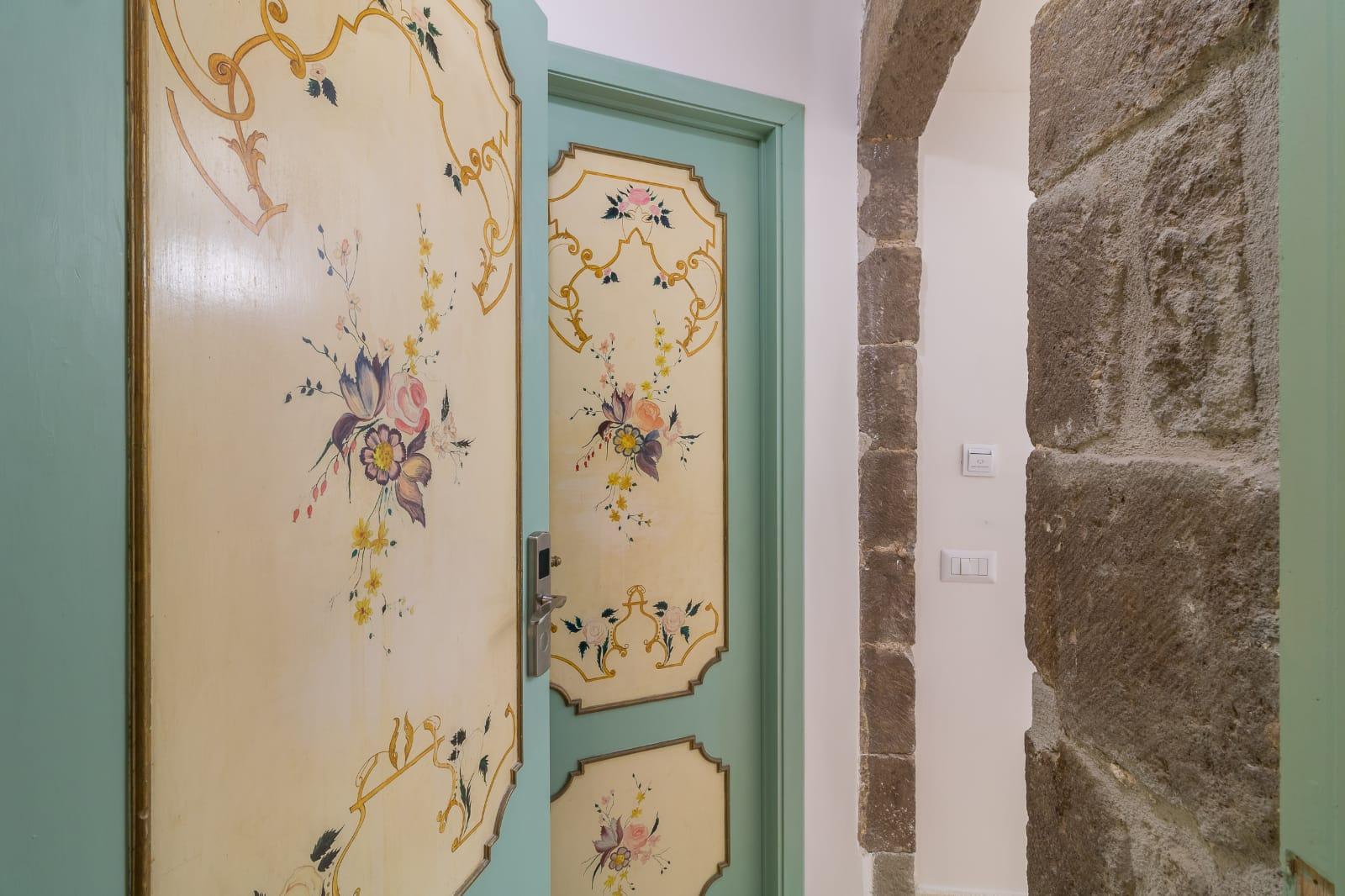Dettaglio porte decorate