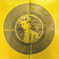 Disque d'or (portrait de David Bowie) sur feuille d'or