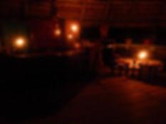 restaurante à noite no Malocas Lodge
