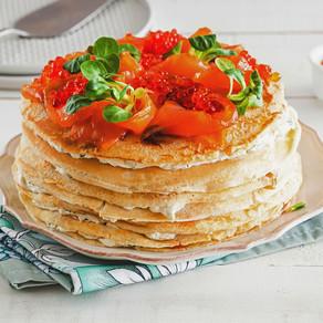 Блинный пирог с лососем и сливочным сыром