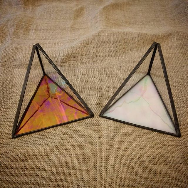 Two new dishes with iridescent bases! Let me know if one of these cuties belongs in your house! 🙂_.