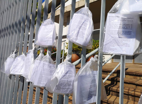 Máscaras foram disponibilizadas no portão da Igreja